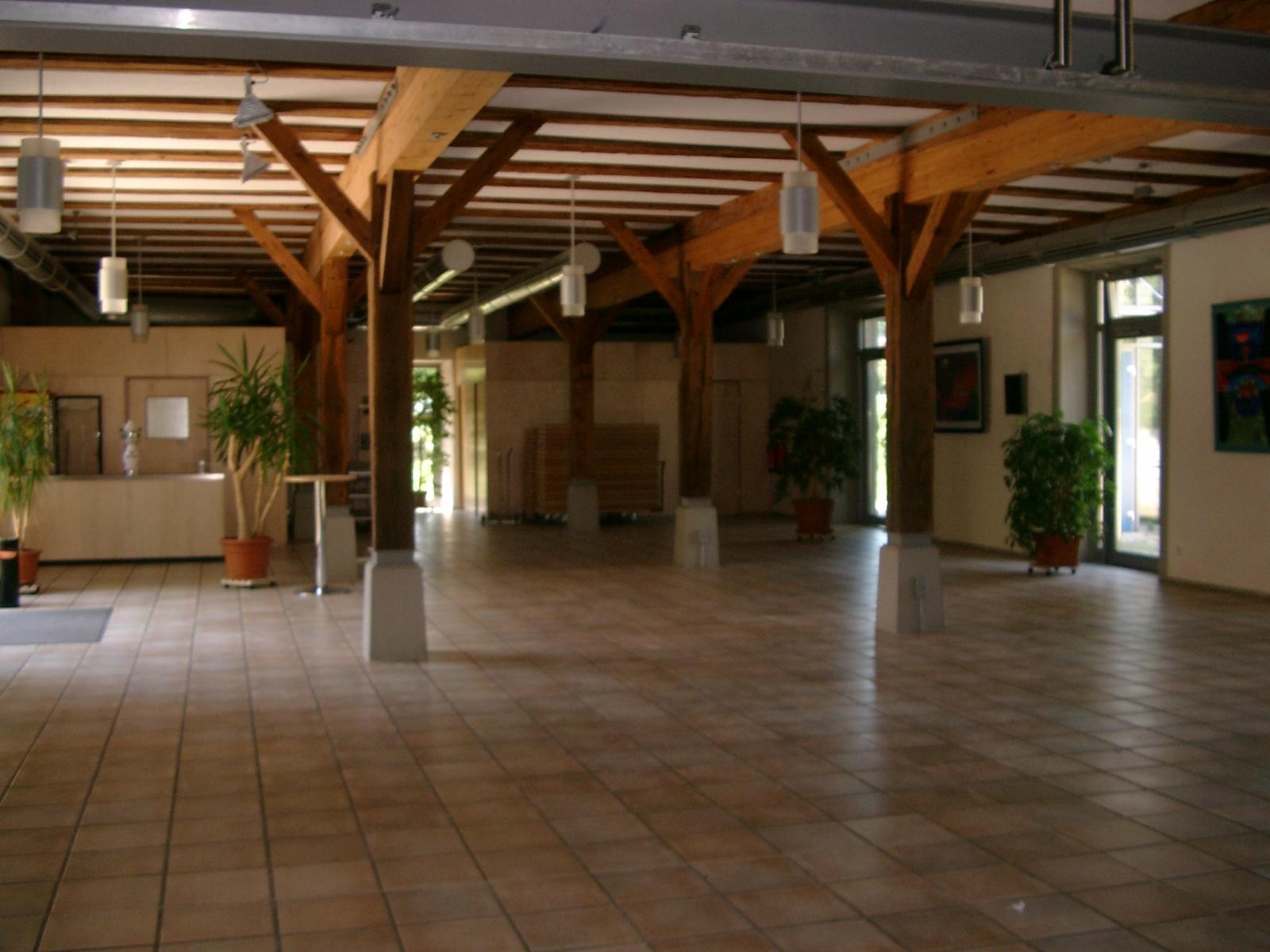 Bürgerhaus Hirrlingen großer Saal im Erdgeschoss mit Blick auf Thekenbereich
