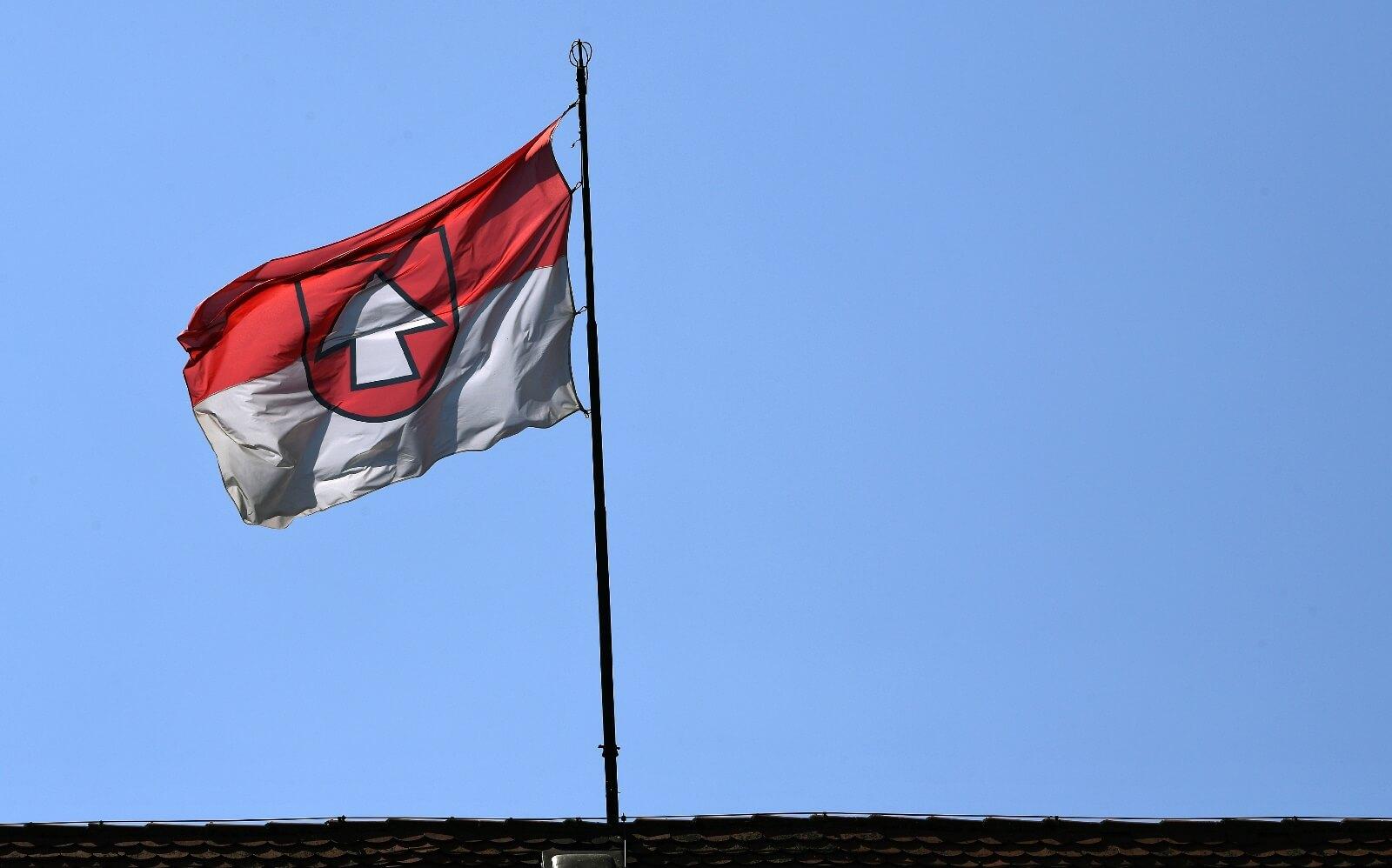 Unterseite Gemeindenachrichten_Gemeindeflagge auf Hirrlinger Schloss