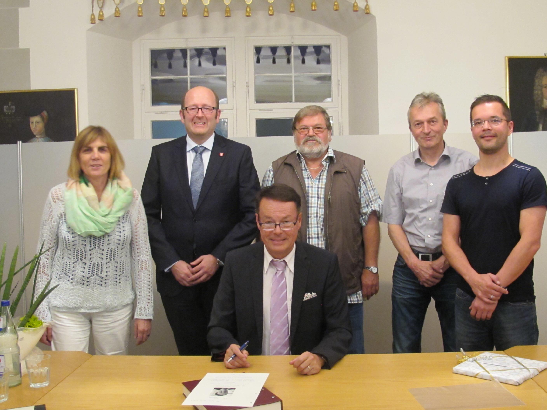 Gruppenfoto vom Besuch des Regierungspräsidenten Klaus Tappeser mit Bürgermeister Christoph Wild und Gemeinderäten
