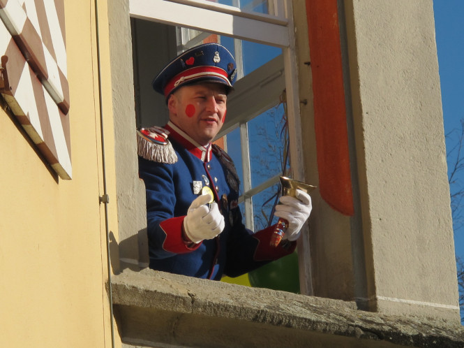 Büttel schreit aus Hirrlinger Rathaus am Schmotzigen